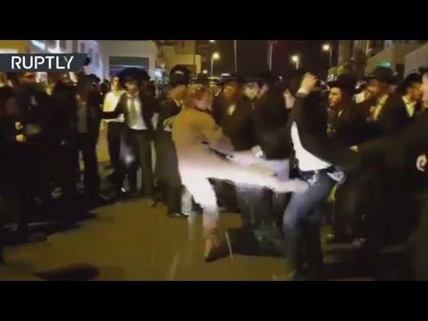 جندية إسرائيلية تعتدي على متظاهرين من اليهود المتشددين