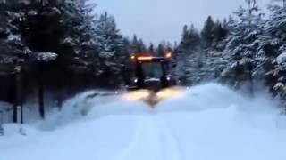 Трактор убирает снег Скоро Зима