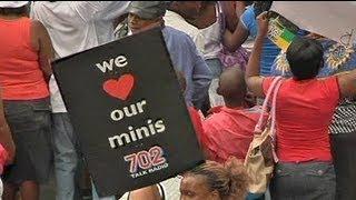 Donne in piazza a Johannesburg a difesa minigonne