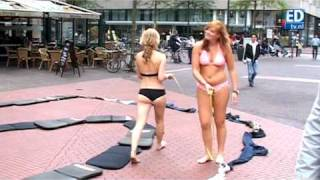 Repeat youtube video Striptease op straat