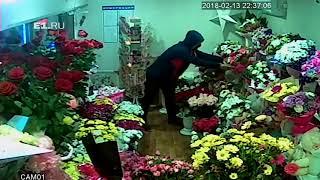 Мужчина в маске украл цветы