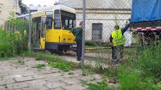 КРАЗ буксирует ақаулы трамвай КТ 4 ДМ жөндеу...