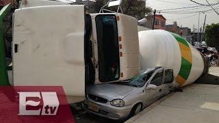Vuelca revolvedora y aplasta auto en Venustiano Carranza / Titulares de la tarde