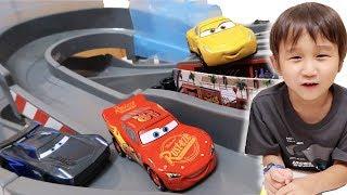 映画「カーズ3」クロスロードのトミカのおもちゃ。まわしてレーシング!...