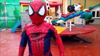 Bebé Hombre Araña se enfrenta a Venom con Spiderman Adulto