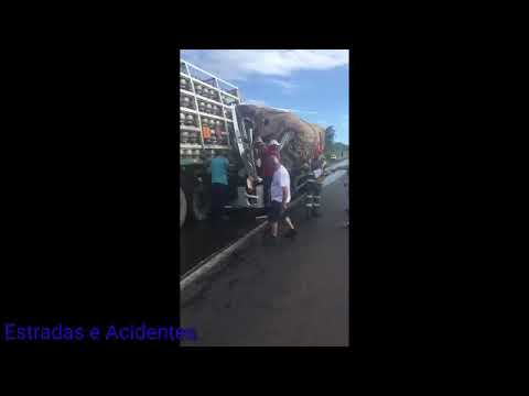 Caminhão bate na traseira de carreta em Minas Gerais
