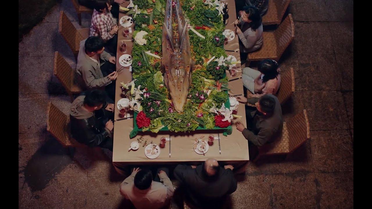 村里人摆大鱼宴,却因为贪吃,发生可怕的变异,荒诞奇幻片