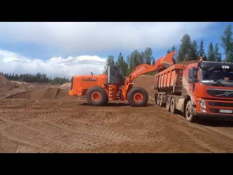 Фронтальный погрузчик Hitachi ZW370 - погрузка песка в карьере