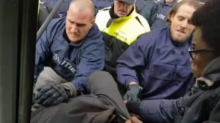 gewelddadige arrestatie jerry afriyie tijdens protest tegen zwarte piet in rotterdam 2016