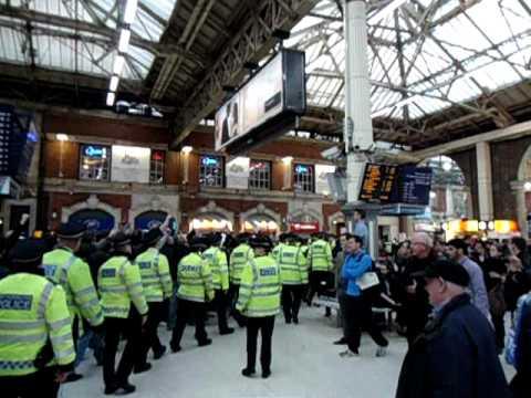 Ultras Napoli a Londra - corteo da binari a metro Victoria