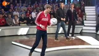 Irrer Bandentrick beim Torwandschießen mit Toni Kroos