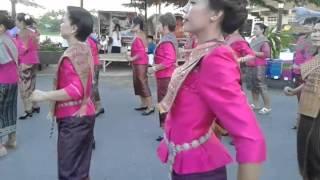 Repeat youtube video เต้นบาสโลปลาวเวียงชุมชนวัดโบสถ์ ที่ตลาดเก่า100ปีเจ็ดเสมียน