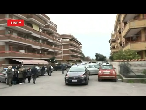 Diretta da Latina, carabiniere spara alla moglie e si barrica in casa con le figlie
