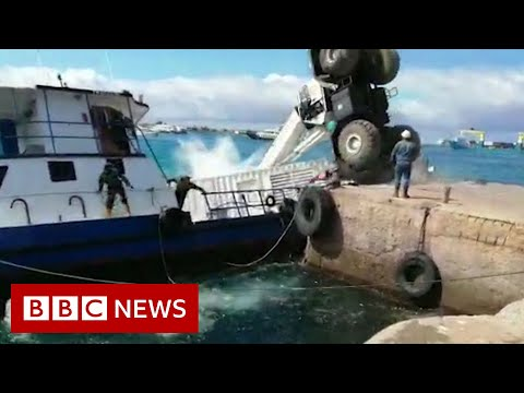Oil spill as barge sinks in Galapagos Islands - BBC News