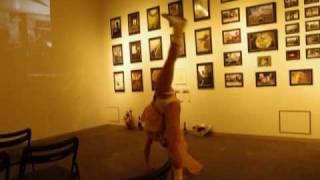 アクロバティックダンサーの準備運動 フォトセッション.