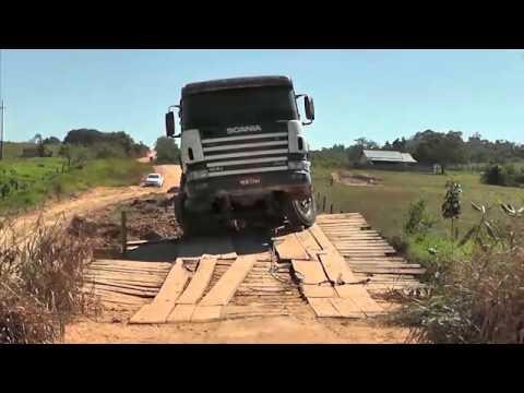 Ponte em distrito de Cacoal desaba e caminhão quase cai dentro do rio