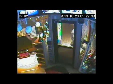 Se tjuvarna rensa videobutiken i Helsingborg