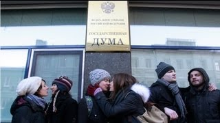 Moscow gays assaulted during kissing protest