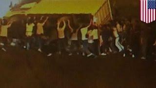 Des passants héros sont filmés secourir un homme sous un camion