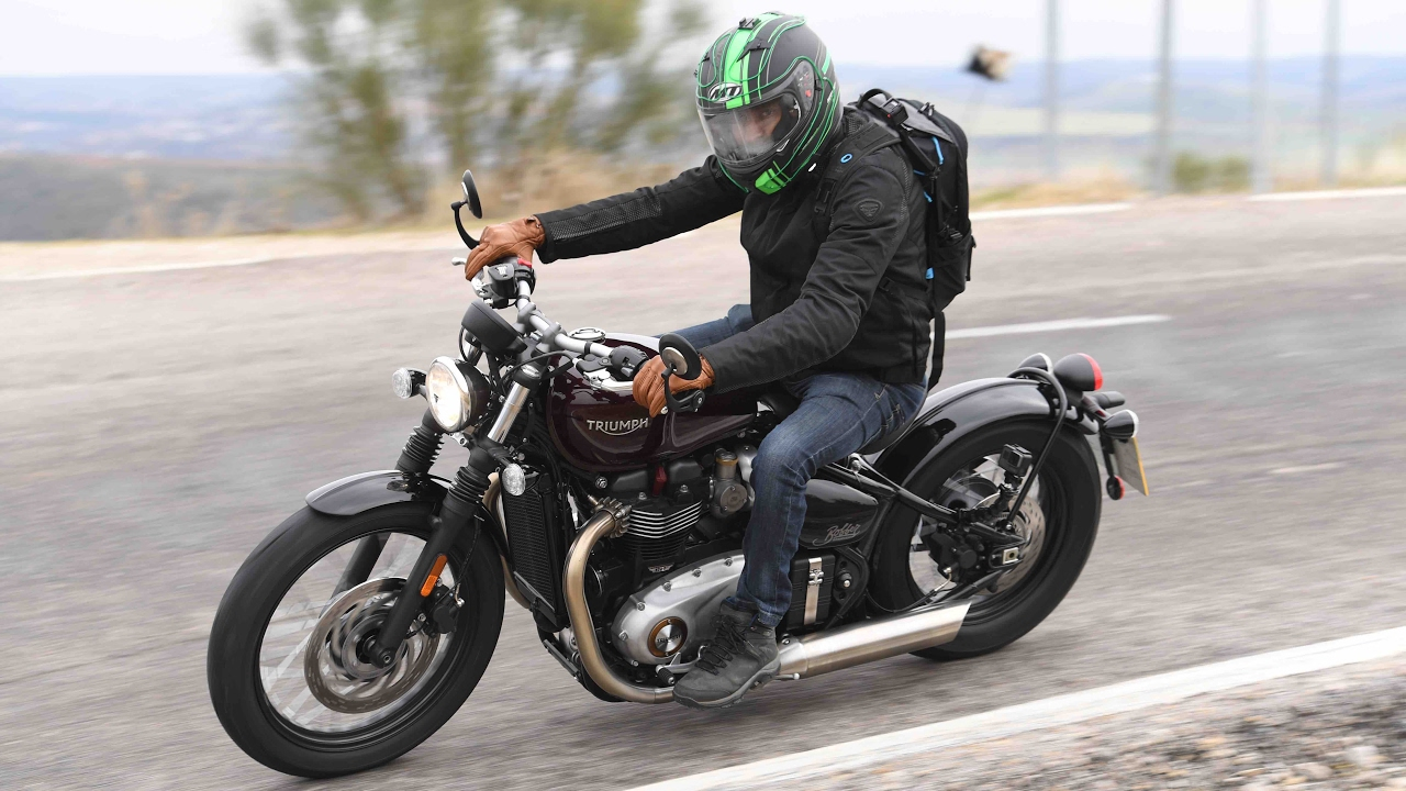 review triumph bonneville bobber 2017 youtube. Black Bedroom Furniture Sets. Home Design Ideas