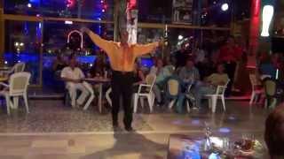 Грек Костас танцует в кольце огня. Корфу, Мессонги, бар