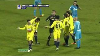 لاعب مغربي يركل الكره في مؤخره الحكم
