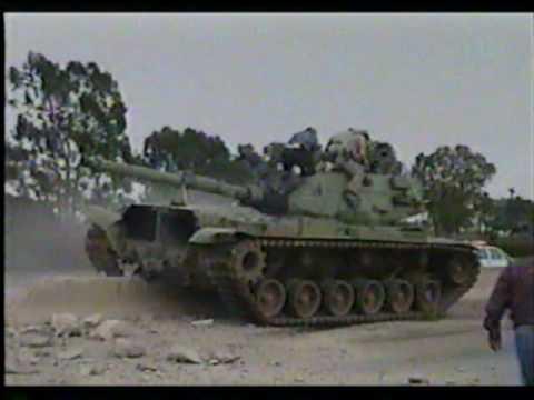 Tanque M-60 conducido por un demente en San Diego, California.