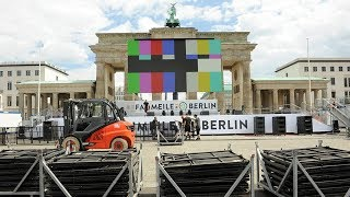 Aufbau der Fanmeile am Brandenburger Tor