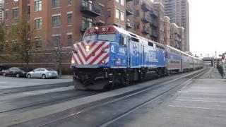 F40PHディーゼル機関車がギャラリータイプ2階建て客車を牽引する通勤列...
