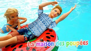 Vidéo pour les filles. Barbie et Ken au parc aquatique. Ken apprend à nager.
