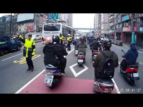 12 25 警察處理台北客運摩托車擦撞事故