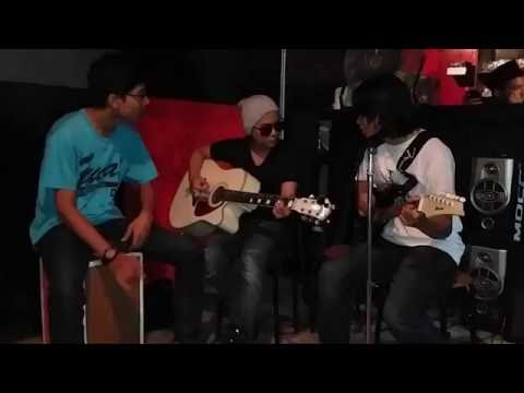 Drive - Melepasmu (Cover Acoustic By Radditya and The Band) Performs in Cafe
