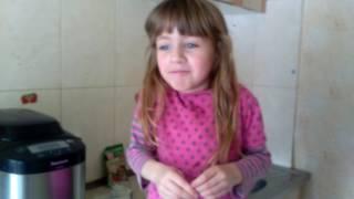 Валерия готовит хлеб в  хлебопечке