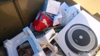 Dumpster diving.   Encuentro tres teléfonos en los botes de basura