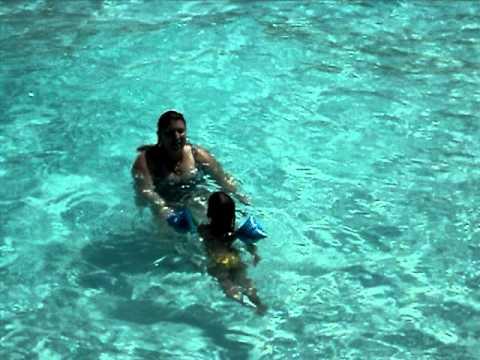 Luize nadando na piscina de ondas no termas dos laranjais for Olimpia piscina de onda