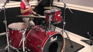 ドラムは幼稚園の頃から見よう見まねで手だけ叩き、足が届くようになっ...