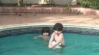 MOV_٠١٨٤.mp4ريان ورينا وريسان حمادة في المسبح