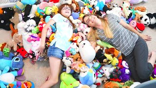 HOW MANY STUFFED ANIMALS DOES ONE GIRL NEED? // CLEANING MOM