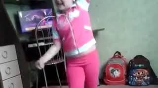 Девочка танцует под песню мужиков надо любить😙