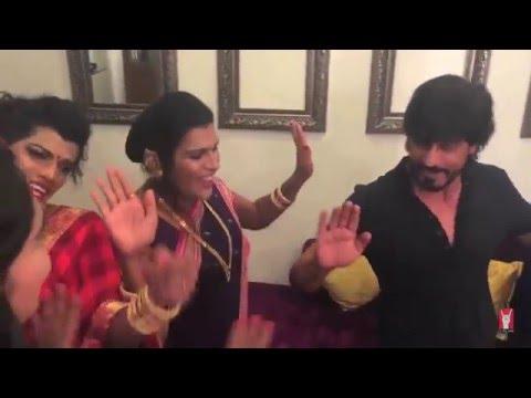 SRK dances with India's transgender Hijra band '6 pack band'  on Jabra FAN song