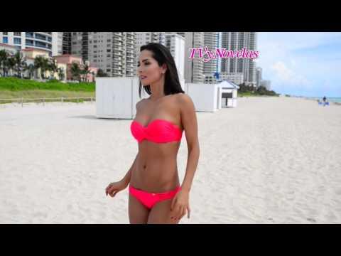 Carmen Villalobos en Bikini - Estrellas de Verano 2014