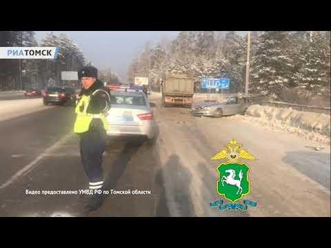 Момент столкновения грузовика и легковушки на трассе под Томском