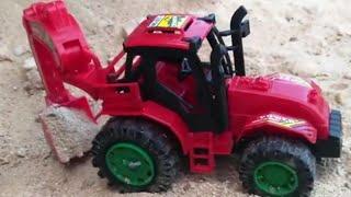 Oyuncak arabalar - kamyon ile oyuncak ekskavator kepçe taşıma