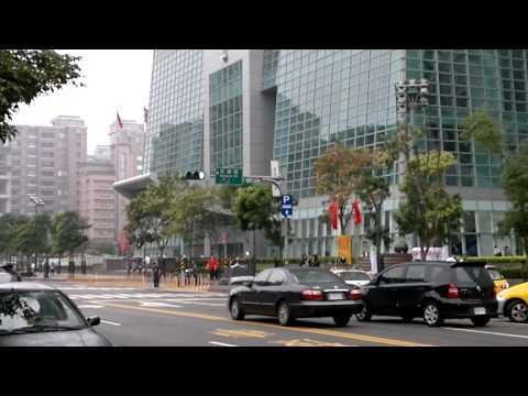 Chinese propaganda car trying to gatecrash 'Occupy Taipei'