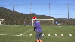 サンタクロースチャレンジ!! チャレンジャーが蹴ったボールが見事クロ...