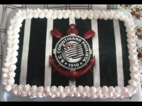 Bolo de mousse de chocolate com papel de arroz do Corinthians confeitado com chantily.