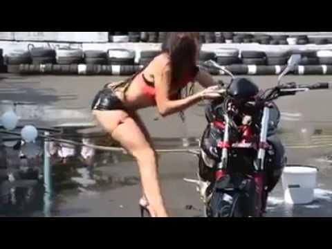 humor, chica en apuros, limpiando la moto