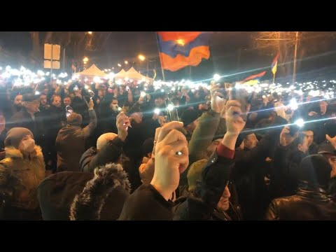 На площади Республики и на проспекте Баграмяна включили фонари на телефонах.