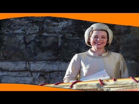 ✅  Оливия Колман повторила фотографию Елизаветы II с корги