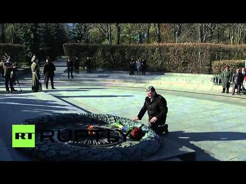 Ukraine: Poroshenko lays flowers on Tomb of Unknown Soldier in Kiev